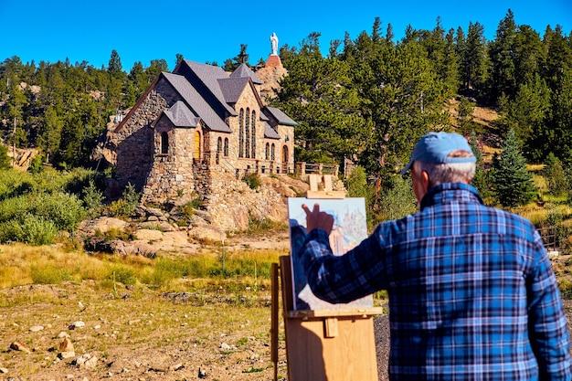 Wazig zicht op de kerk die de kerk schildert, gericht op de kerk in de achtergrondwoestijn