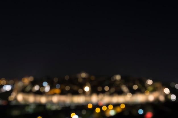 Wazig zicht op de nachtlichten van de stad