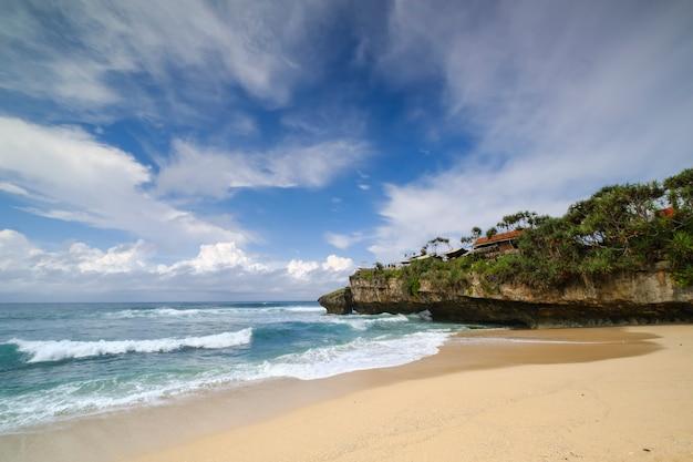 Wazige achtergrond van zeegezicht op drini beach met dramatische wolk en lucht in de ochtend