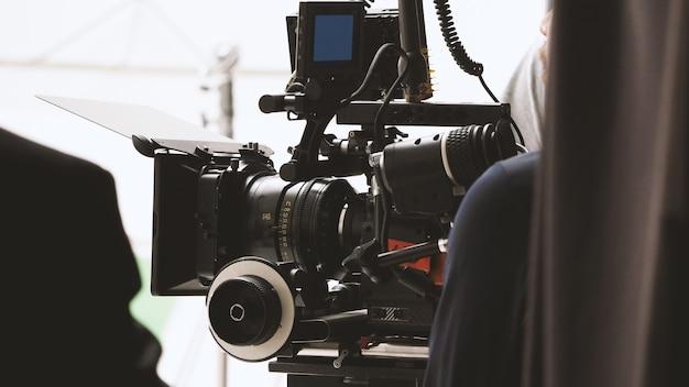 Wazige beelden van achter het filmen of filmen van videofilm en filmproductieteamteam