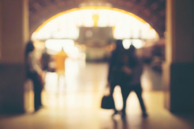 Wazige beelden van mensen in het treinstation