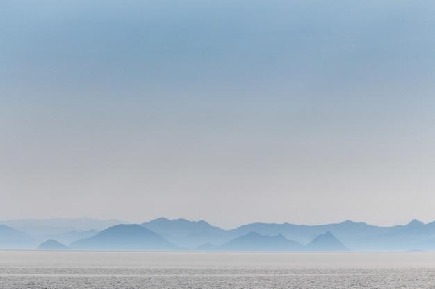 Wazige heuvels aan de kust van het eiland kos nabij de egeïsche zee in griekenland