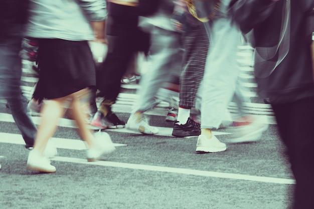 Wazige mensen lopen van dichtbij door de straten van de stad