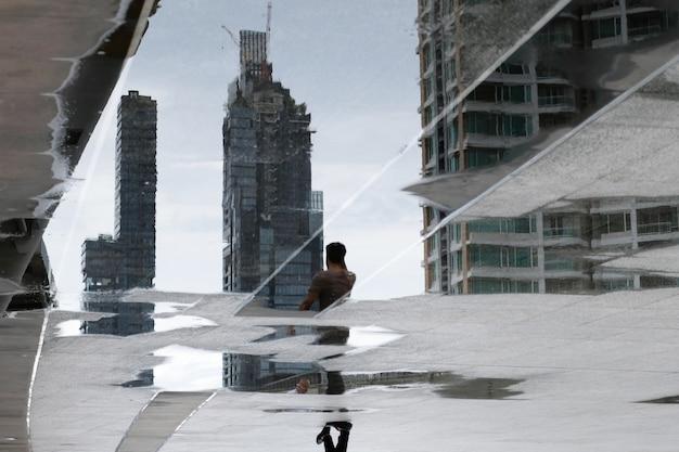 Wazige reflectieschaduw van het gebouw