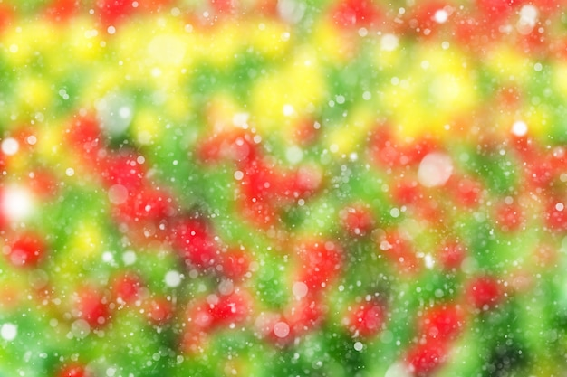 Wazige veelkleurige achtergrond met sneeuwvlokken voor kerst- of vakantieontwerp