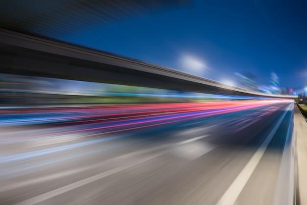 Wazige verkeerslichten op de weg