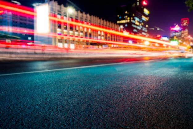 Wazige verkeerslichten over de weg in de nacht