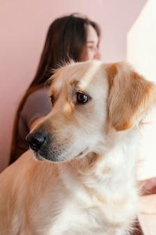 Wazige vrouw met schattige hond