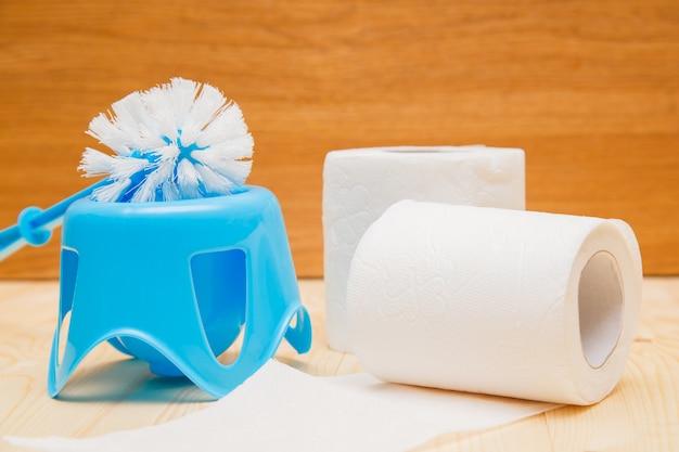 Wc-borstel en rol wc-papier.