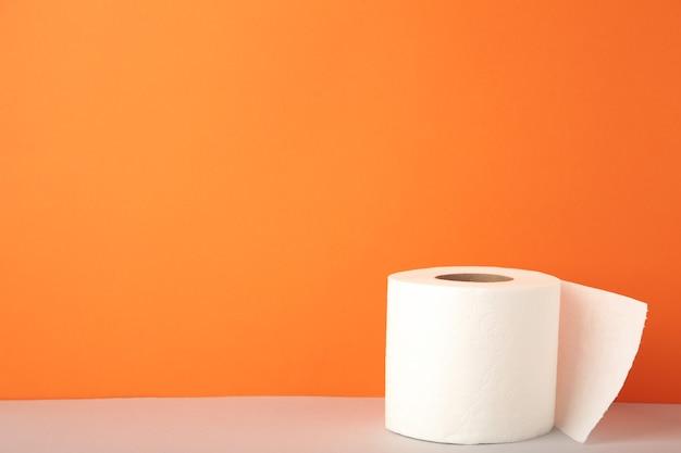Wc-papier close-up op oranje