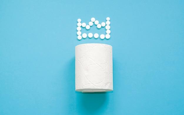 Wc-papier met een kroon van pillen
