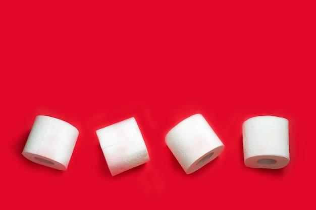 Wc-papier roll op rode muur. kopieer ruimte.