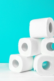 Wc-papierrollen op turkoois helder