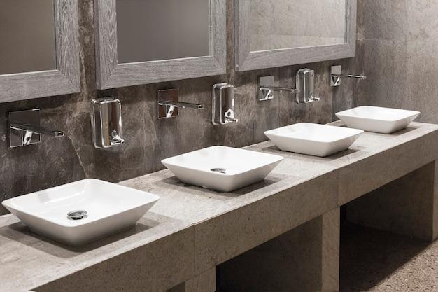 Wc-wastafel interieur van mannen openbaar toilet