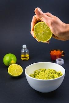 We doen een beetje limoen. recept om een lekkere guacamole te maken