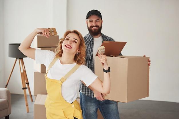 We hebben geen hulp nodig, we kunnen het zonder hulp doen. gelukkig paar samen in hun nieuwe huis. conceptie van verhuizen