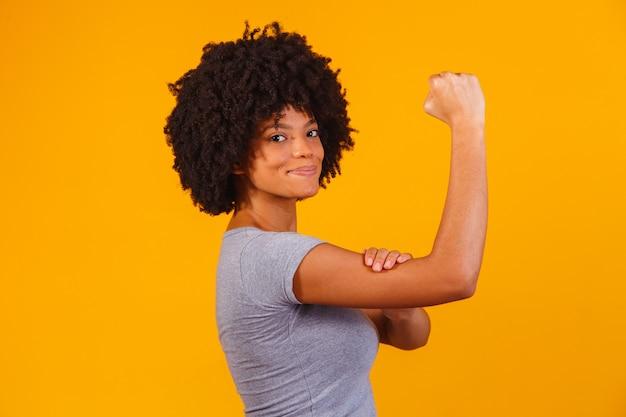 We kunnen het. vrouwenvuist van vrouwelijke kracht.