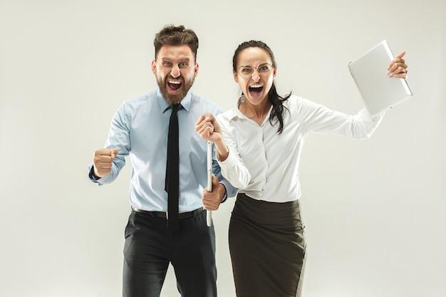 We wonnen winnend succes gelukkige vrouw en man vieren dat ze een winnaar zijn