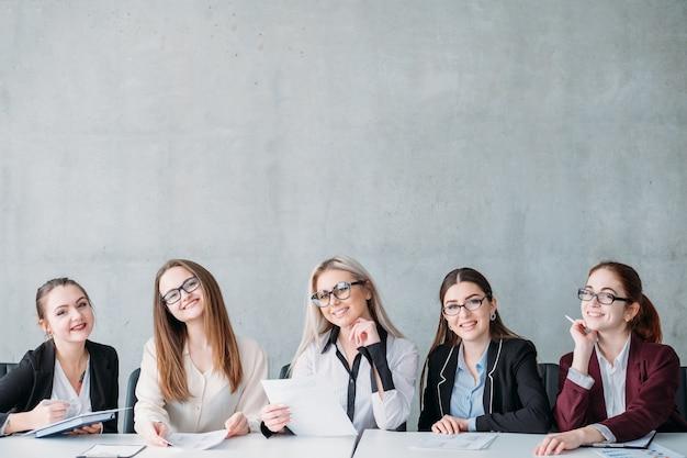 We zijn aan het huren. glimlachende hr-vrouwen kijken naar virtuele sollicitant