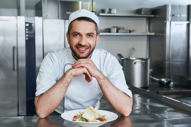 We zijn erop uit om u te overtuigen van een gelukkige chef-kok die staat boven het concept van het koken van gerechten