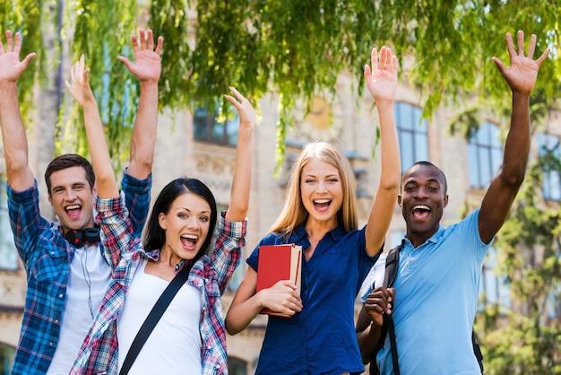 We zijn gelukkig! vier gelukkige jonge mensen maken selfie terwijl ze buiten dicht bij elkaar staan