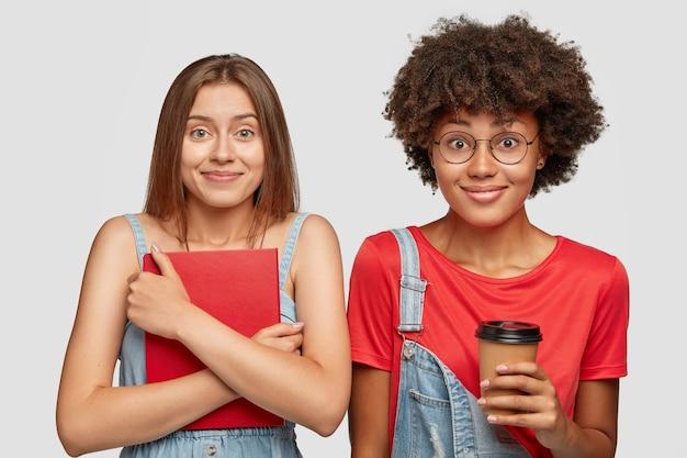 We zijn klaar om te studeren. horizontaal schot van tevreden tevreden vrouwen kijken met vreugdevolle uitdrukkingen