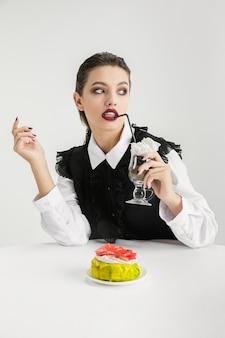 We zijn wat we eten. vrouw die plastic voedsel eet, ecoconcept