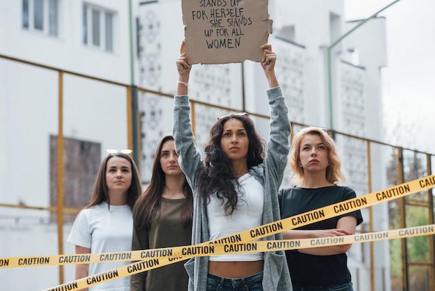 We zullen hier blijven totdat je ons hoort. een groep feministische vrouwen protesteert buitenshuis voor hun rechten