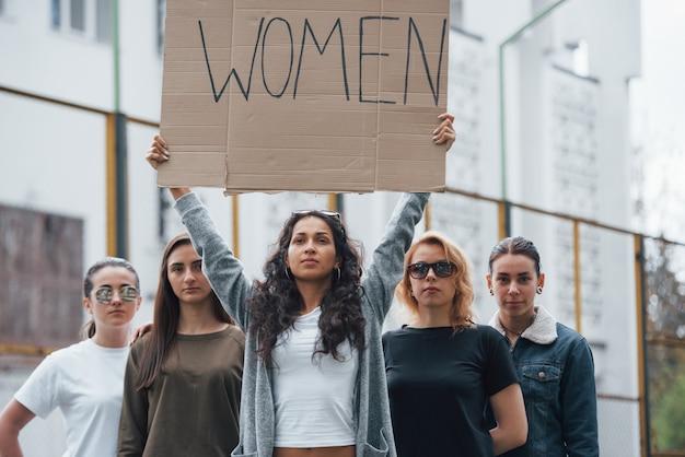 We zullen worden gehoord. een groep feministische vrouwen protesteert buitenshuis voor hun rechten