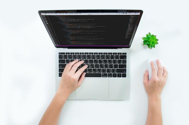 Web ontwikkelingsbeelden, bovenaanzicht van de hand van een vrouw