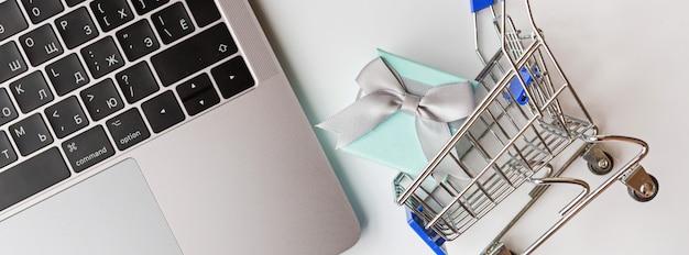 Webbanner met laptop en kruidenier kar