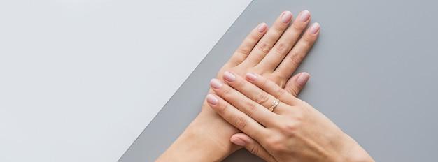 Webbanner met vrouwelijke roze manicure