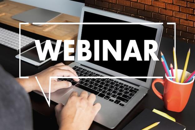 Webinar hand op tafel gebruik e-business browsen verbinding in computer webinar met persoon op laptop display conferentie, webinar