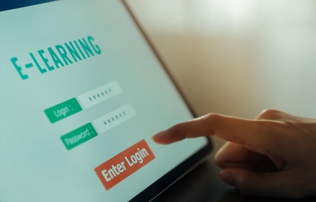 Webinar online cursussen concept, vrouw met tablet met showscherm e-learning login in klaslokaal.