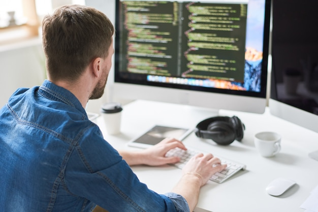 Webontwikkelaar druk bezig