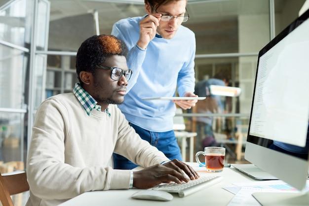 Webontwikkelaars die werken aan code
