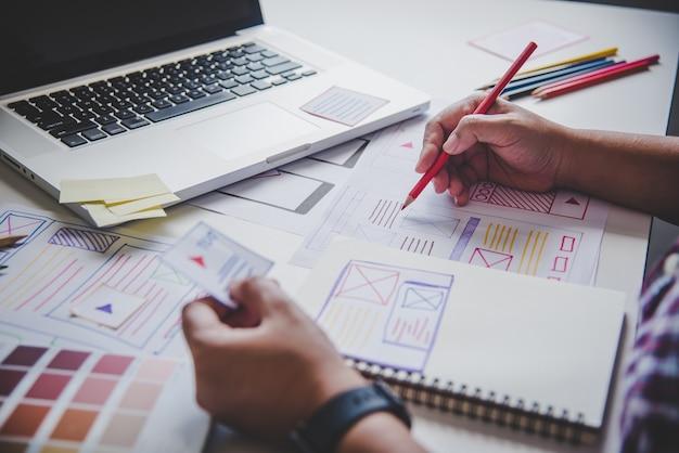 Website-ontwerper creatieve planning applicatie-ontwikkeling grafisch creatief, creativiteit vrouw die op laptop werkt en kleurende kleurideeën stijl ontwerpt