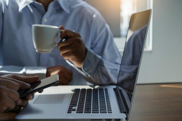 Websiteontwikkelaar werken met computer mensen uit het bedrijfsleven werken