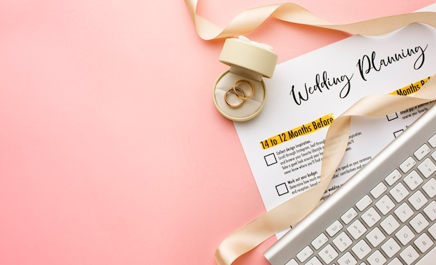 Wedding planner en toetsenbord bovenaanzicht