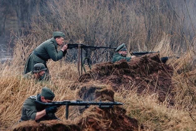 Wederopbouw van de vijandelijkheden van 1941 1945 tussen de legers van duitsland en de ussr duitse soldaten schieten met machinegeweren