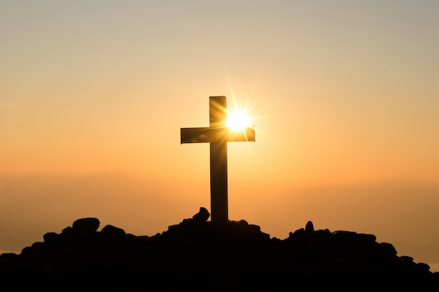 Wederopstanding concept: kruisiging van jezus christus kruis bij zonsondergang