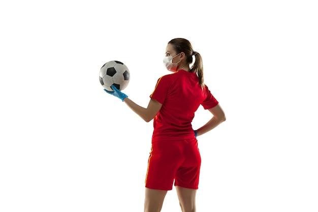 Wedstrijd. vrouwelijke voetballer in beschermend masker en handschoenen.