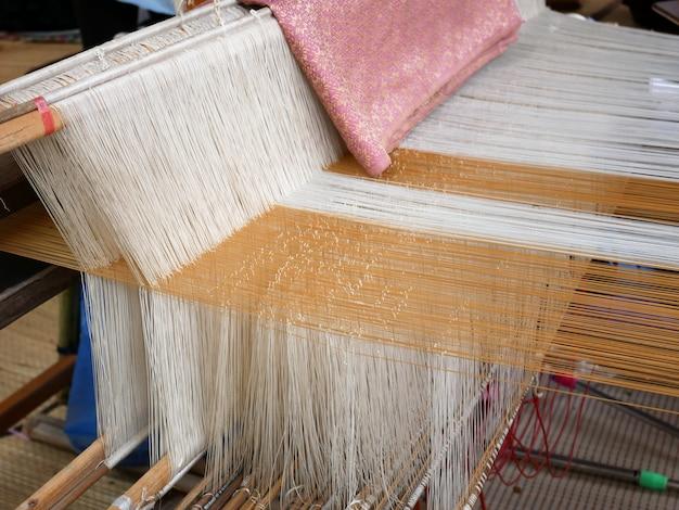 Weefgetouw die traditionele thaise zijde fabic weven in bangkok
