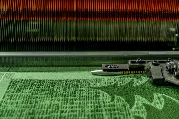Weefgetouw in een textielfabriek, close-up. industriële stoffenproductielijn: