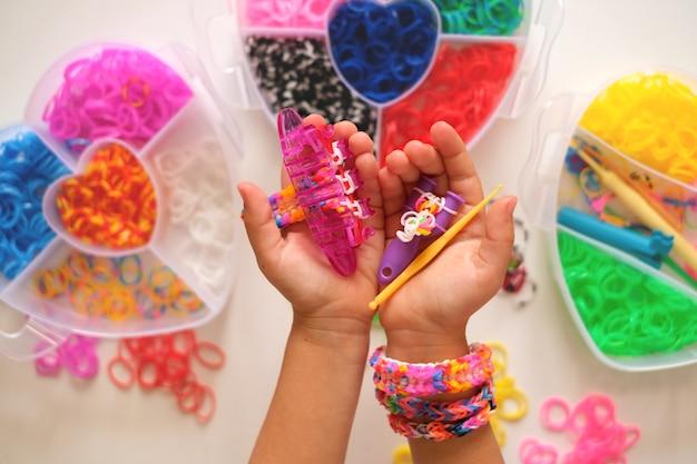 Weefgetouw voor het weven van speelgoedarmbanden van elastische banden in de handen