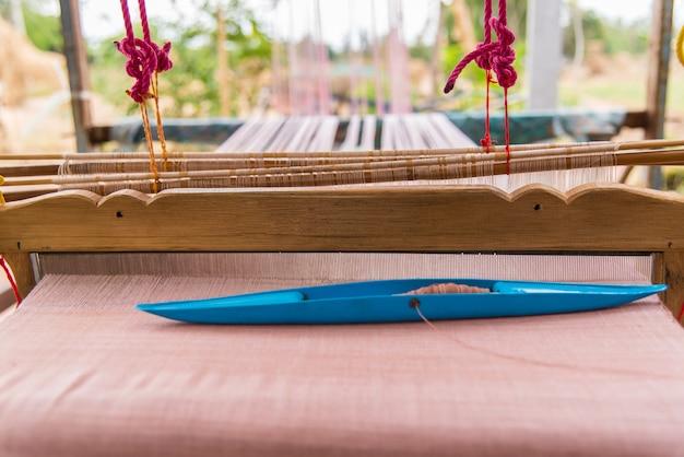 Weefmachine - huishoudelijk weefwerk - gebruik voor het weven van traditionele thaise zijde.
