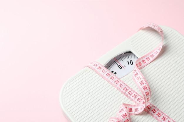 Weegschaal en meetlint. gewichtsverlies concept