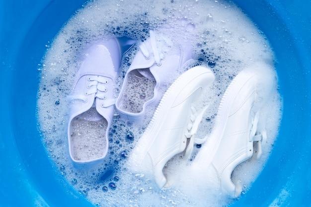 Week schoenen voor het wassen. vuile sneakers schoonmaken.