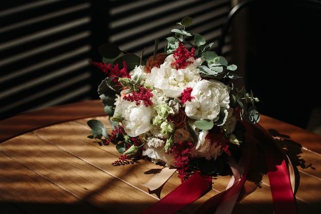 Weelderig huwelijksboeket van verschillende bloemen