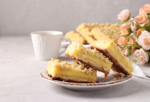Weense geraspte koekjes met gestremde melk vulling op grijze achtergrond, close-up, horizontaal formaat, ruimte voor tekst